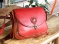 赤と茶色のコンビで引き立つ女性用ショルダーバッグ・四角