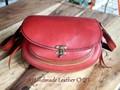 赤と茶色のコンビで引き立つ女性用ショルダーバッグ