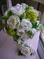 造花純白ローズに明るめグリーンのラウンドブーケ&ブートニア