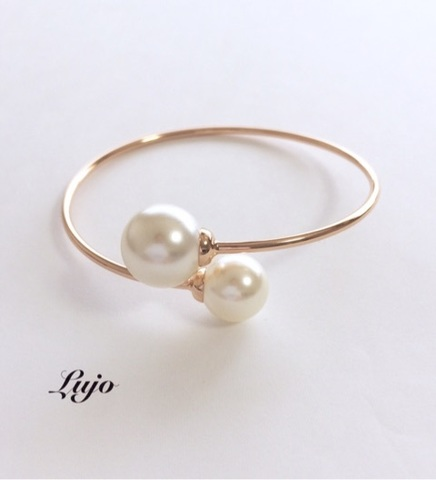 Two big pearls Bangle