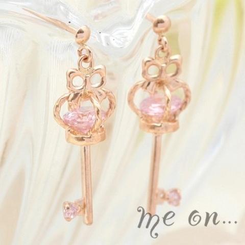 小さな鍵に秘められた桜色の輝きが愛らしい王冠の鍵モチーフK10ピアス